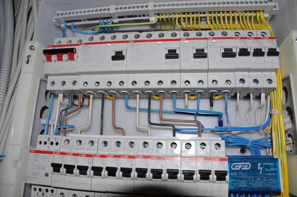 Компания ПИК осуществляет электромонтажные работы